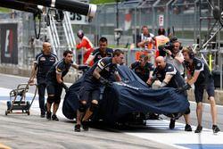 Автомобиль STR11 Даниила Квята возвращается в боксы после аварии
