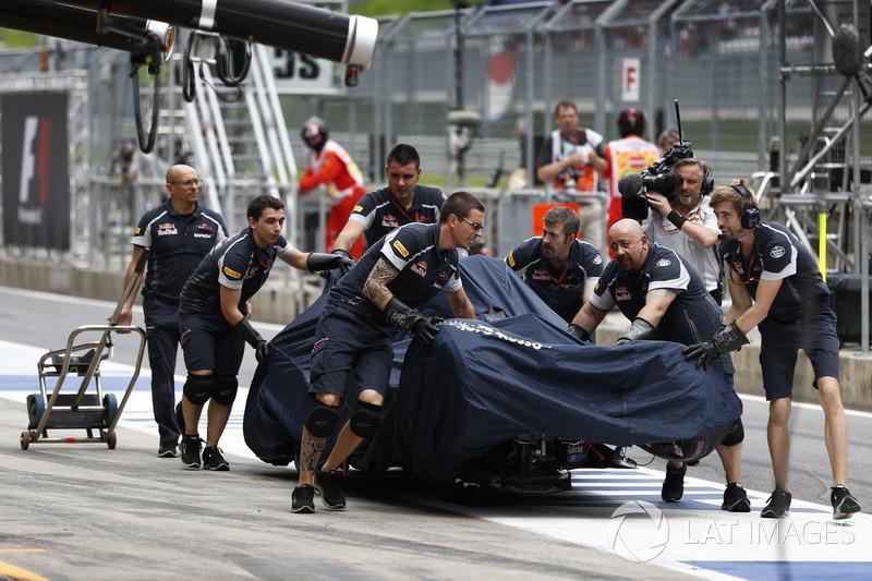 El coche de Daniil Kvyat, Scuderia Toro Rosso STR11 vuelve a boxes después de su accidente