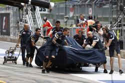 The car of Daniil Kvyat, Scuderia Toro Rosso STR11 kazadan sonra pite dönüyor