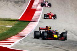 Даниэль Риккардо, Red Bull Racing RB13, и Кими Райкконен, Ferrari SF70H