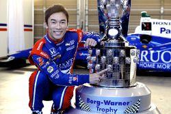 Takuma Sato, Andretti Autosport, mit der Borg-Warner-Trophy