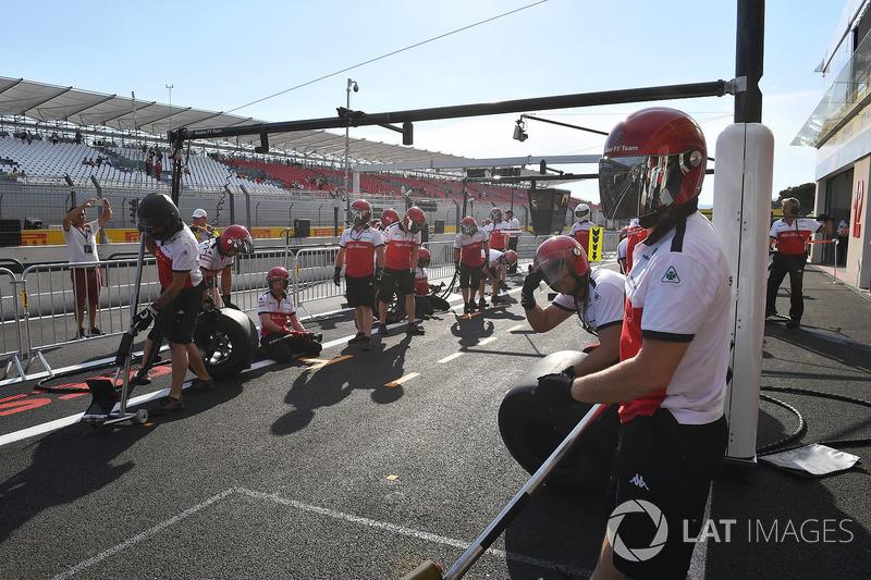 Latihan pit stop Sauber
