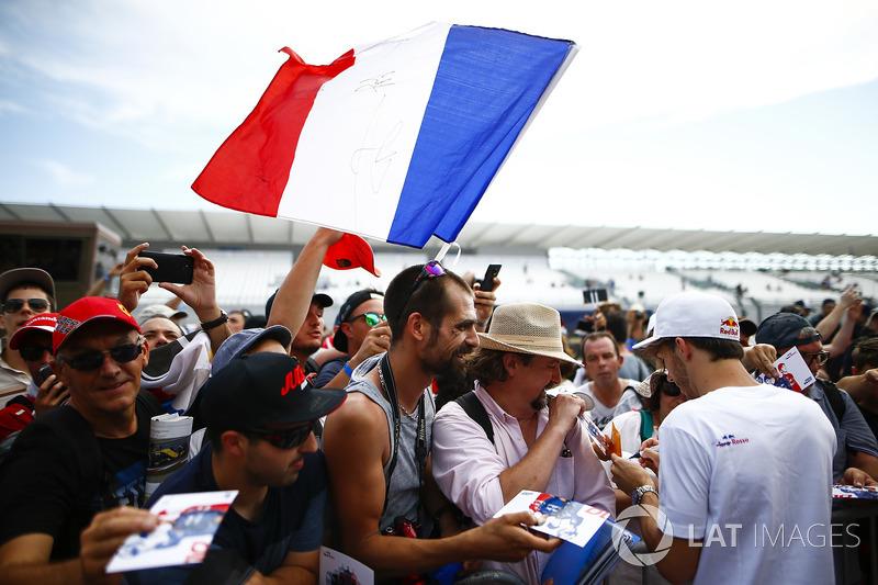 Pierre Gasly, Toro Rosso, memberikan tanda tangan