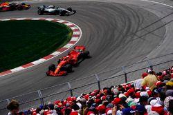 Sebastian Vettel, Ferrari SF71H, precede Valtteri Bottas, Mercedes AMG F1 W09, e Max Verstappen, Red Bull Racing RB14