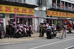 Un mécanicien Force India F1 attend un arrêt au stand
