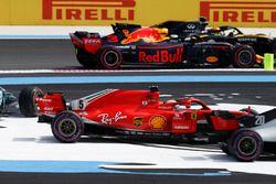 Carlos Sainz Jr., Renault Sport F1 Team R.S. 18, Daniel Ricciardo, Red Bull Racing RB14, pasa como Sebastian Vettel, Ferrari SF71H, Valtteri Bottas, Mercedes AMG F1 W09, se desvían al inicio