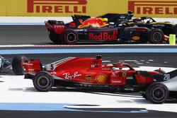 Carlos Sainz Jr., Renault Sport F1 Team R.S. 18, Daniel Ricciardo, Red Bull Racing RB14, pass by as Sebastian Vettel, Ferrari SF71H, Valtteri Bottas, Mercedes AMG F1 W09, go off track at the start