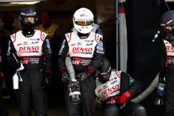 Les mécaniciens de Toyota Gazoo Racing attendent pour un arrêt aux stands
