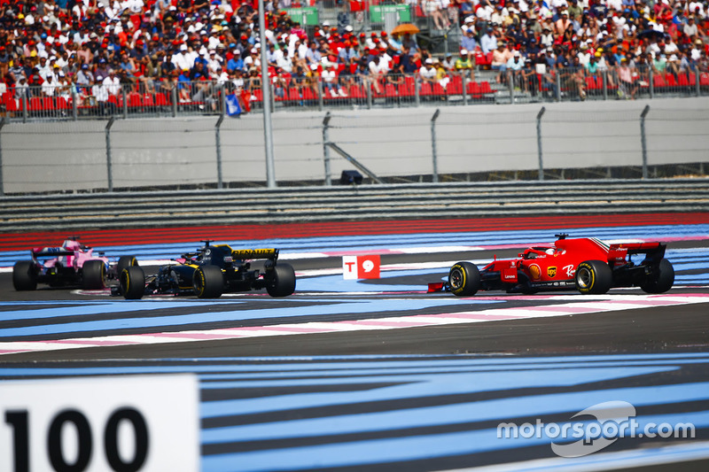 Sergio Perez, Force India VJM11, precede Nico Hulkenberg, Renault Sport F1 Team R.S. 18, e Sebastian Vettel, Ferrari SF71H
