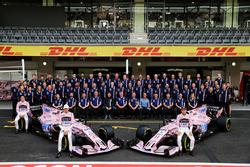 Esteban Ocon, Sahara Force India F1, Sergio Perez, Sahara Force India F1 avec les membres de l'équipe