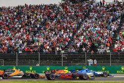 Старт гонки: Даниэль Риккардо, Red Bull Racing RB13, и Паскаль Верляйн, Sauber C36