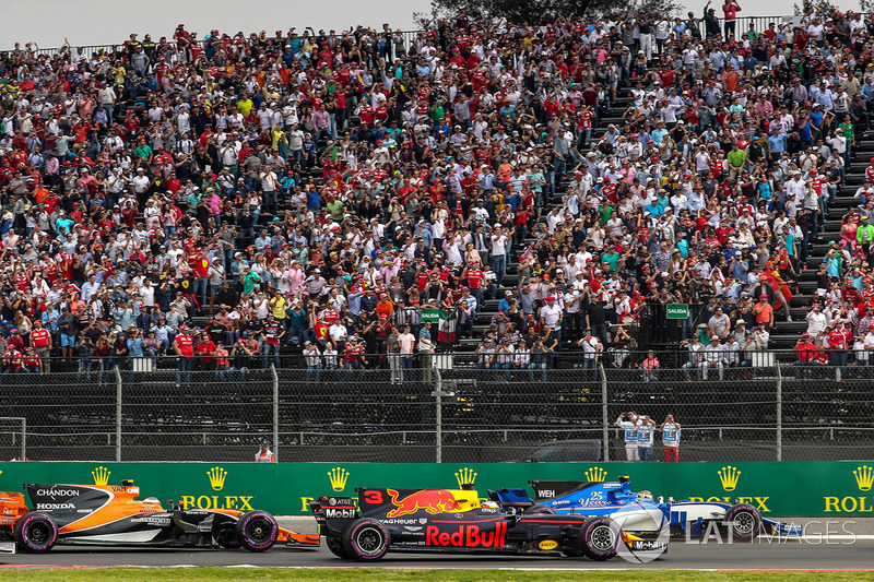 Daniel Ricciardo, Red Bull Racing RB13 , Pascal Wehrlein, Sauber C36