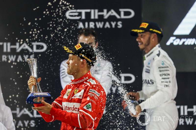 Podio: tercer lugar Sebastian Vettel, Ferrari y segundo lugar Lewis Hamilton, Mercedes AMG F1