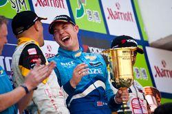 Podio: Rob Huff, Chevrolet Cruze LT celebra la victoria con Gabriele Tarquini, SEAT Leon 2.0 TDI