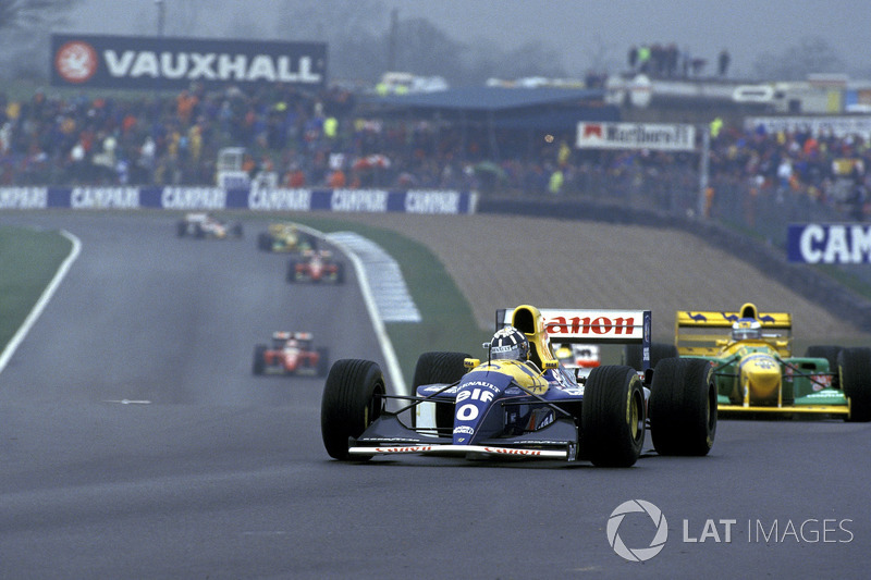 Damon Hill, Williams FW15C, devant Michael Schumacher, Benetton B193
