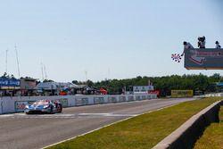 #67 Chip Ganassi Racing Ford GT, GTLM: Ryan Briscoe, Richard Westbrook, taglia il traguardo sotto la bandiera a scacchi