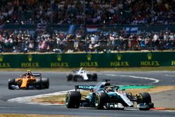 Lewis Hamilton, Mercedes AMG F1 W09, lidera a Stoffel Vandoorne, McLaren MCL33