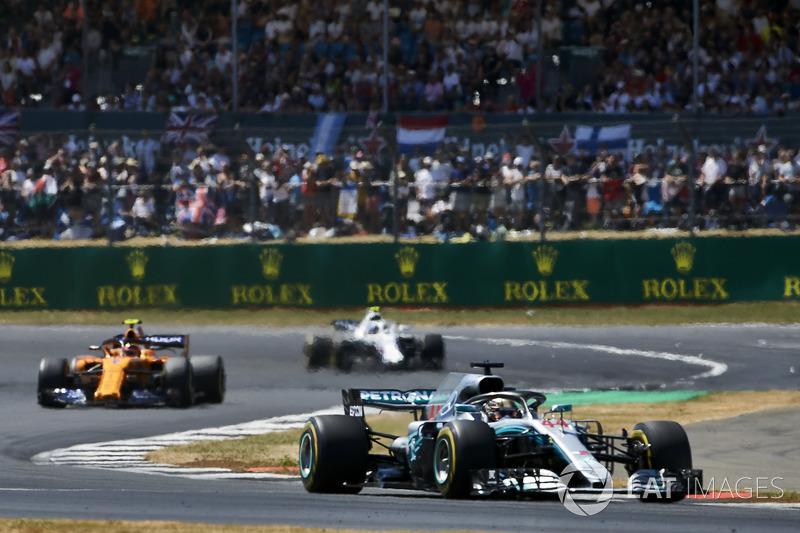 Lewis Hamilton, Mercedes AMG F1 W09, delante de Stoffel Vandoorne, McLaren MCL33