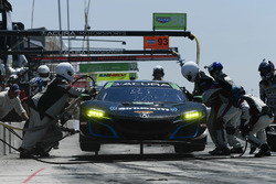 #86 Michael Shank Racing with Curb-Agajanian Acura NSX, GTD: Katherine Legge, Alvaro Parente pit stop