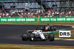 Marcus Ericsson, Sauber C37, lidera a Romain Grosjean, Haas F1 Team VF-18