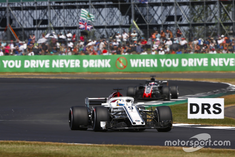 Marcus Ericsson, Sauber C37, devant Romain Grosjean, Haas F1 Team VF-18