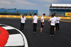 Stoffel Vandoorne, McLaren y Gil De Ferran, director deportivo de McLaren recorren la pista