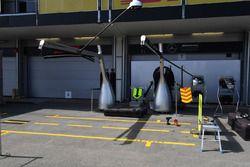 Le garage Mercedes AMG F1 et des écrans de protection