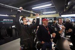 Toto Wolff, directeur exécutif de Mercedes AMG F1, Niki Lauda, directeur non-exécutif de Mercedes AMG F1., fêtent la pole position de Valtteri Bottas, Mercedes AMG F1