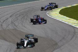 Lewis Hamilton, Mercedes AMG F1 W08, Pierre Gasly, Scuderia Toro Rosso STR12, Marcus Ericsson, Saube
