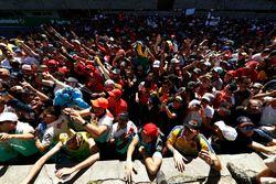 Fans en el podio