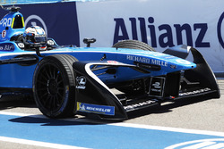 Nicolas Prost, Renault e.Dams, returns to the pits with a damaged car