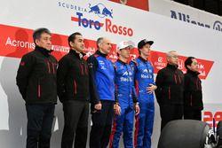 Руководитель Scuderia Toro Rosso Франц Тост, гонщики Пьер Гасли и Брендон Хартли, сотрудники Honda и