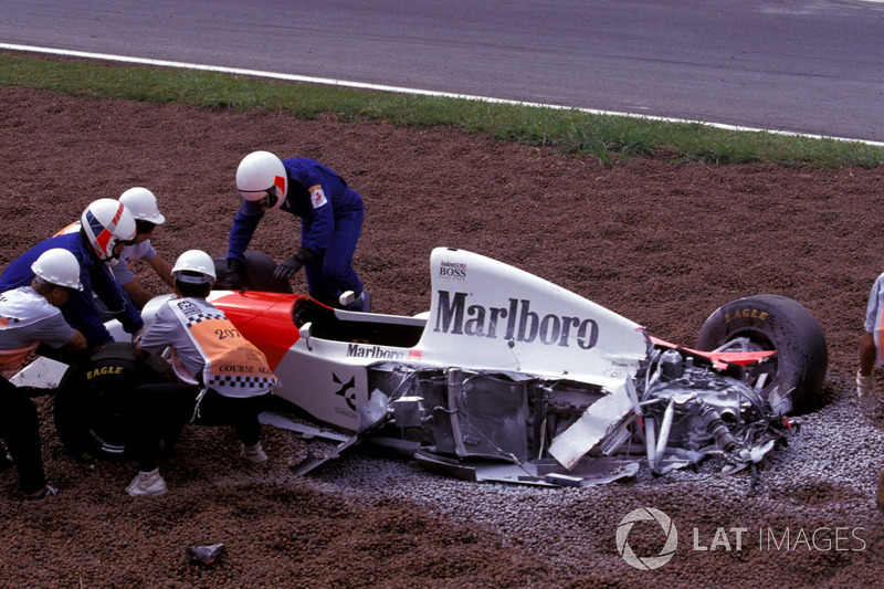 Michael Andretti, McLaren Ford MP4/8 después del accidente