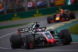 Romain Grosjean, Haas F1 Team VF-18 Ferrari, devant Daniel Ricciardo, Red Bull Racing RB14 Tag Heuer
