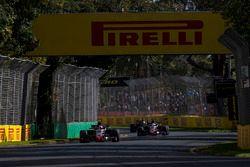 Kevin Magnussen, Haas F1 Team VF-18 Ferrari, y Romain Grosjean, Haas F1 Team VF-18 Ferrari
