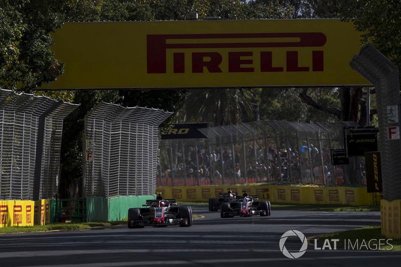 Kevin Magnussen, Haas F1 Team VF-18 Ferrari, precede Romain Grosjean, Haas F1 Team VF-18 Ferrari