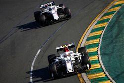Charles Leclerc, Sauber C37 Ferrari, delante de Lance Stroll, Williams FW41 Mercedes