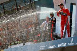 Podio: Jonathan Wheatley, gerente del equipo Red Bull Racing, segundo ligar Kimi Raikkonen, Ferrari, ganador de la carrera Max Verstappen, Red Bull Racing y el tercer lugar Sebastian Vettel, Ferrari