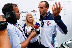 Ted Kravitz, reporter Sky Sports F1, przeprowadza wywiad z Robertem Kubicą, Williams Martini Racing
