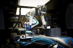 Valtteri Bottas, Mercedes AMG F1, stapt in zijn auto
