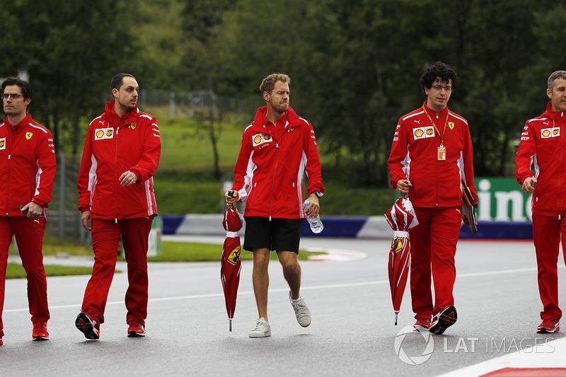 Sebastian Vettel, Ferrari, cammina lungo il circuito con il team