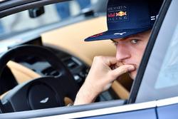 Гонщик Red Bull Racing Макс Ферстаппен и за рулем Aston Martin