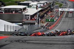 Lewis Hamilton, Mercedes-AMG F1 W09, Valtteri Bottas, Mercedes-AMG F1 W09 e Kimi Raikkonen, Ferrari SF71H, in lotta alla partenza della gara
