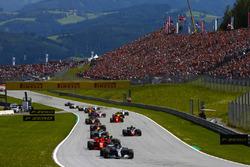 Lewis Hamilton, Mercedes AMG F1 W09, Kimi Raikkonen, Ferrari SF71H, Max Verstappen, Red Bull Racing RB14, Valtteri Bottas, Mercedes AMG F1 W09, Romain Grosjean, Haas F1 Team VF-18, the rest the field
