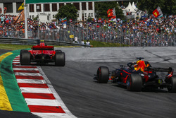 Daniel Ricciardo, Red Bull Racing RB14 and Kimi Raikkonen, Ferrari SF71H