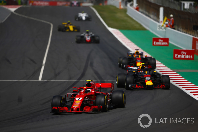 Kimi Raikkonen, Ferrari SF71H, Max Verstappen, Red Bull Racing RB14, e Daniel Ricciardo, Red Bull Racing RB14, dietro alla safety car