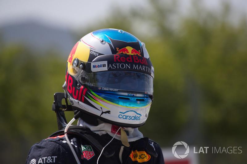 Daniel Ricciardo, Red Bull Racing crashed in FP1