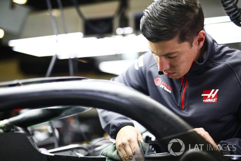 Un mecánico de Haas trabajando en la cabina de un Haas F1 Team VF-18