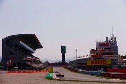 Une Ferrari suit une Force India dans la ligne droite des stands