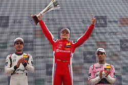 Podio: il vincitore Ralf Aron, second place Enaam Ahmed, il terzo classificato Jehan Daruvala